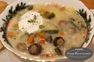 Словацкий суп с замороженным горошком, грибами и колбасным сыром