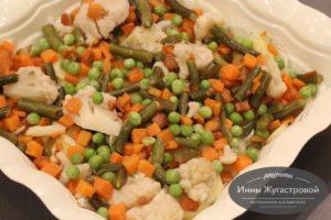 Выложить замороженные овощи