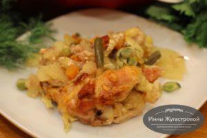 Запеченная в духовке курица с картошкой и замороженными овощами