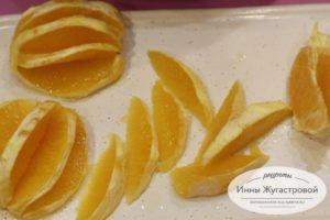 Подготовить дольки свежего апельсина