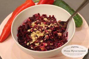 Веганский салат из вареной свеклы с орехами и жареным луком
