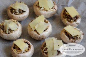 Разложить ломтики сыра