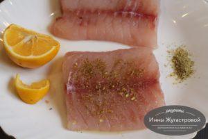 Полить филе лимонным соком и натереть специями