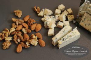 Нарезать сыр и орехами