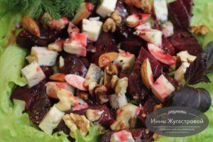 Вегетарианский салат из маринованной свеклы и сыра Дор блю