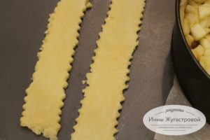 Приготовить полоски для плетеной верхушки
