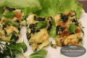 Омлет на сковороде со шпинатом с зеленью