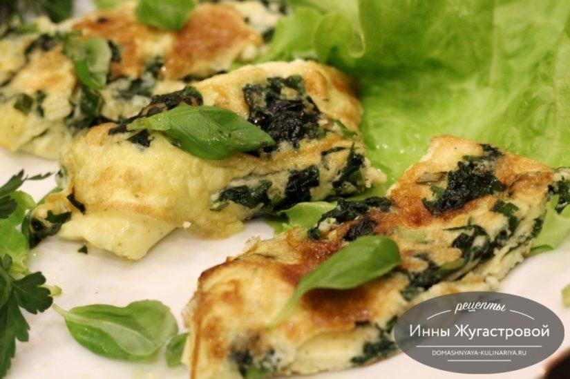 Омлет со шпинатом и зеленым луком на сковороде