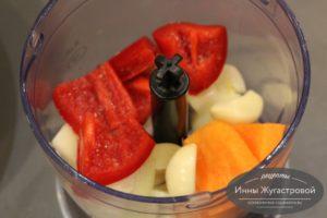 Нарезать половину перца, морковь и лук
