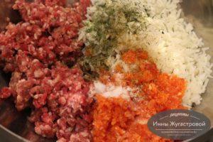 Фарш, рис, яйцо и овощи перемешать