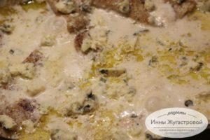 Посыпать кусочками сыра Дорблю