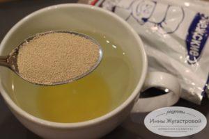 Размешать мед и дрожжи в воде