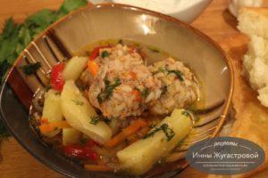 Тефтели с рисом, картофельным гарниром и подливой