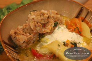 Тефтели с рисом, приготовленные в одной кастрюле с картофельным гарниром