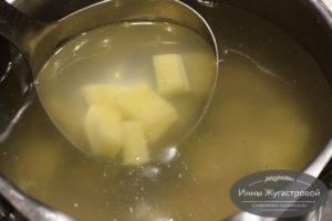 Картофель положить в бульон или воду