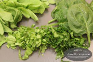 Нарезать щавель и шпинат
