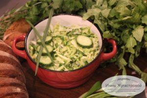 Салат из молодой капусты, свежего огурца и свежей зелени