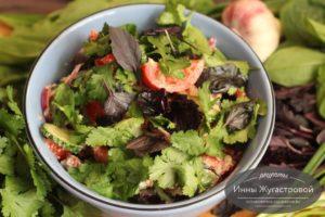 Кавказский овощной салат с острой ореховой заправкой
