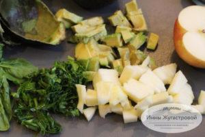 Нарезать авокадо, яблоки и шпинат
