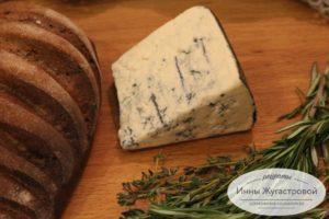 Темный хлеб и сыр с голубой плесенью