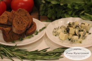 Сыр с голубой плесенью и темные тосты