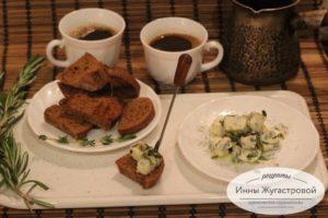 Простая закуска из сыра Дорблю и темного хлеба