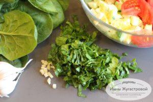 Добавить чеснок и свежий шпинат