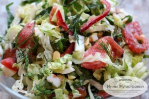 Салат из овощей со шпинатом и вареными яйцами