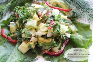 Салат из свежих овощей, шпината вареных яиц