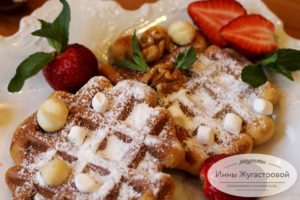 Медовые вафли с ягодами, орехами и мятой