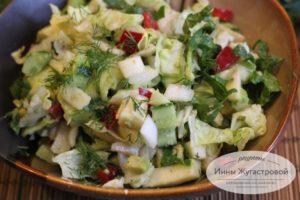 Овощной салат с авокадо, яблоком и шпинатом