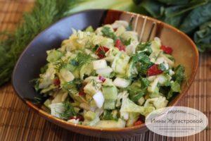 Салат из авокадо, овощей, яблока и шпината
