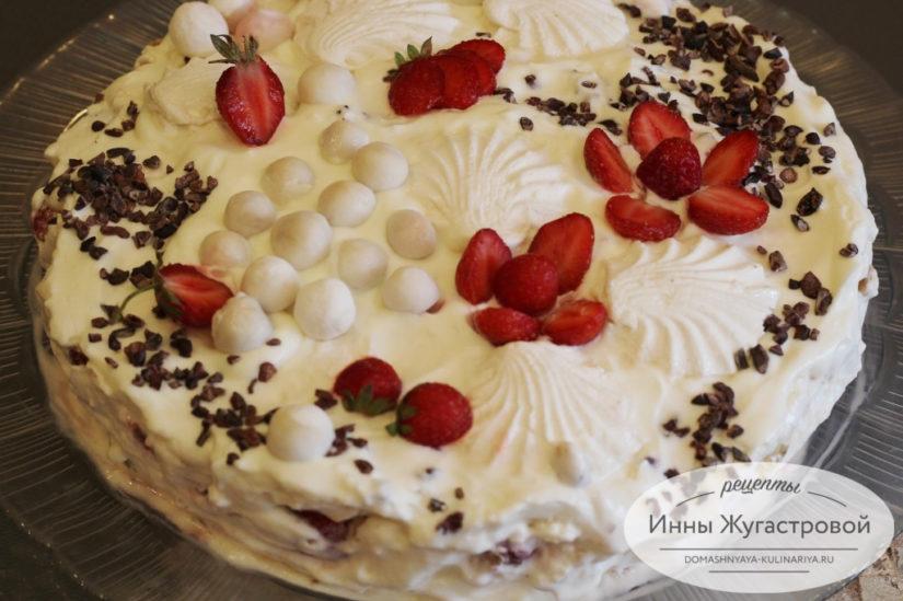 Зефирный торт десерт без выпечки с клубникой, киви и взбитыми сливками