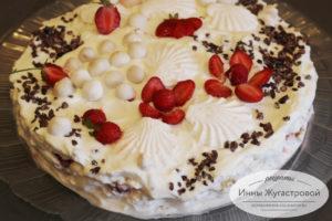 Зефирный торт десерт со взбитыми сливками, клубникой и киви