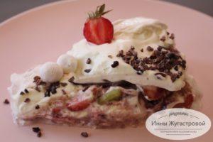 Зефирный десерт с клубникой, киви и взбитыми сливками