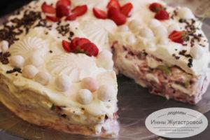Торт на основе зефира со взбитыми сливками, клубникой и киви