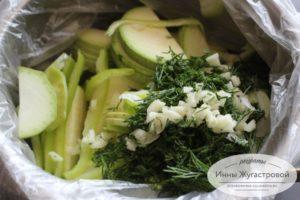 Смешать овощи и зелень