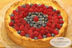 Пирог с заварным кремом, малиной и голубикой