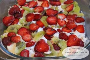 Залить кремом и выложить фрукты и ягоды