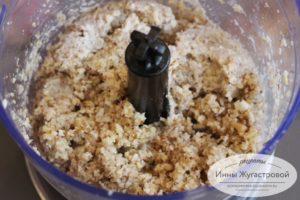 Измельчить орехи с чесноком