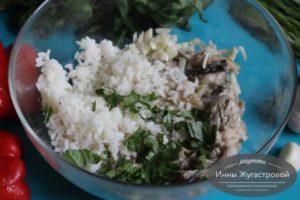Смешать баклажаны с рисом и зеленью