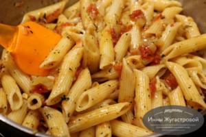 Добавить макароны к овощам