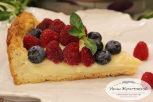 Пирог с заварным кремом, малиной, голубикой