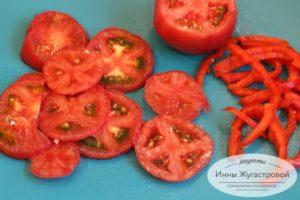 Нарезать помидоры и сладкий перец