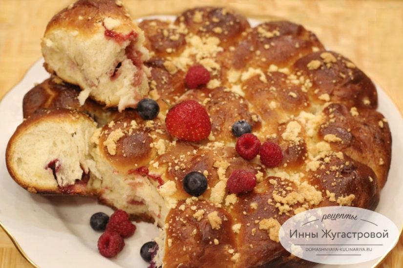 Сладкий сдобный отрывной пирог с фруктово-ягодным ассорти из дрожжевого теста в духовке