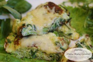 Омлет из кабачка, сыра и зелени
