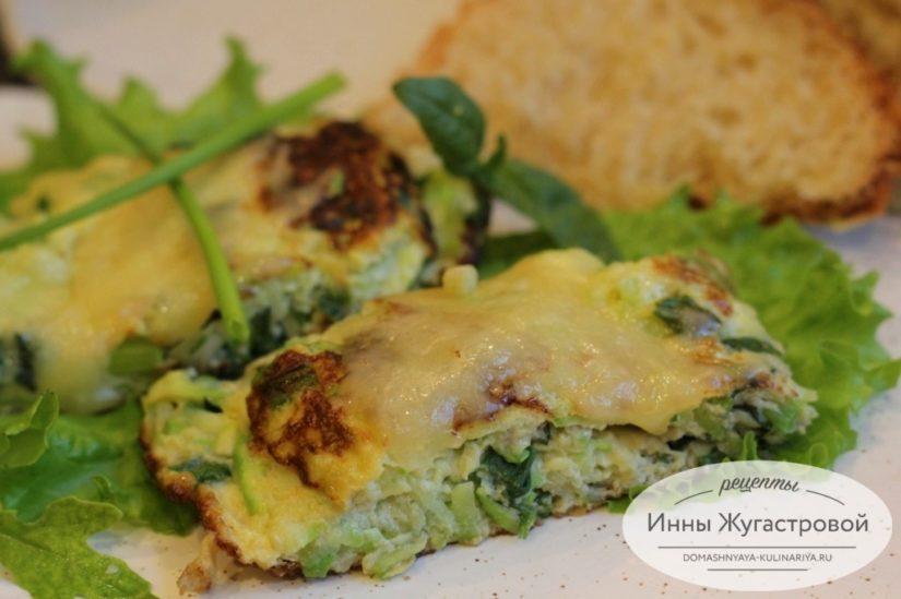 Омлет с кабачком, сыром и свежей зеленью на сковороде