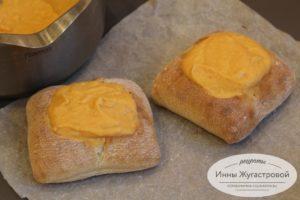 Выложить суп-пюре в булочки