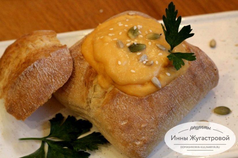 Постный гороховый суп-пюре с кореньями в хлебе