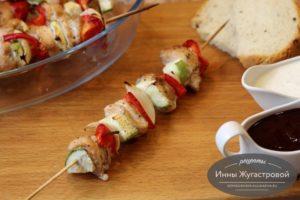 Шашлычки из курицы с овощами на шпажках в духовке